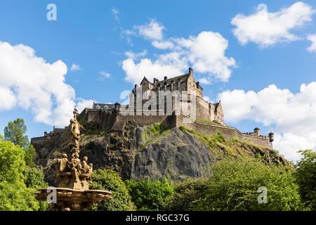 Great Britain, Scotland, Edinburgh, Castle Rock, Edinburgh Castle and Ross Fountain in Princes Street Gardens Park - Stock Photo