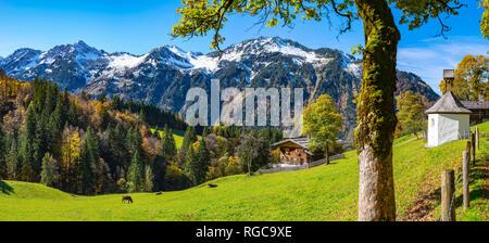 Gerstruben, ein ehemaliges Bergbauerndorf im Dietersbachtal bei Oberstdorf, dahinter der Himmelschrofen, 1791m, Allgaeuer Alpen, Allgaeu, Bayern, Deut - Stock Photo