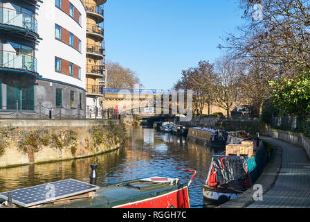 Limehouse Cut, Limehouse, East London UK, with houseboats and new apartments - Stock Photo