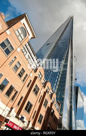 The Shard, auch Shard London Bridge (vormals London Bridge Tower, auch Shard of Glass; von englisch shard 'Scherbe', 'Splitter'), ist ein Wolkenkratze - Stock Photo