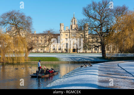 Cambridge, UK. 30th Jan, 2019. Puntin on the River Cam after overnight snow, St John's College, Cambridge, UK. 30th Jan, 2019. UK Weather Credit: Alan Copson City Pictures/Alamy Live News - Stock Photo