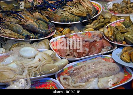 verschiendene Sorten Meeresfruechte, Naka Weekend Market, Phuket, Thailand - Stock Photo