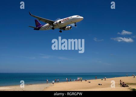 Flugzeug der Gesellschaft Smile Air, Landeanflug, Mai Kao Beach, Phuket, Thailand - Stock Photo