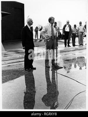 CAPE CANAVERAL, Fla. (May 27, 1977) President Jimmy Carter holds a press conference following his nine hour cruise on board the nuclear powered submarine USS Los Angeles (SSN 688). The president was accompanied by Adm. Hyman G. Rickover, Retired, Director, Division of Naval Reactors, U.S. Energy Research and Development Administration and Deputy Commander for Nuclear Propulsion, left, and first lady Rosalynn Carter on the cruise. (U.S. Navy photo by Photographer's Mate 2nd Class Dave Longstreath/Released) - Stock Photo
