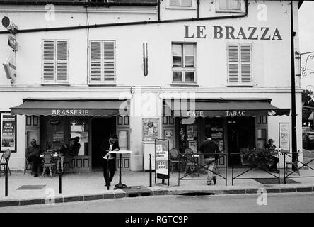 AJAXNETPHOTO. PORT MARLY, FRANCE. - CAFE FAMED BY ART - CAFE LE BRAZZA CLOSE TO THE RIVER SEINE, MADE FAMOUS BY THE IMPRESSIONIST ARTIST ALFRED SISLEY IN HIS 1876 PAINTING 'L'INONDATION A PORT MARLY'. PHOTO:JONATHAN EASTLAND/AJAX REF:CD1545_8 - Stock Photo
