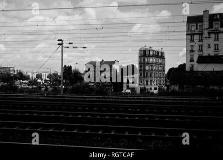 AJAXNETPHOTO. CLICHY, PARIS, FRANCE. - ACROSS THE TRACKS - VIEW LOOKING TOWARD BUILDINGS ON THE D909 NEAR THE QUAI DE CLICHY ACROSS RAIL TRACKS RUNNING FROM ASNIERES TO GARE ST.LAZARE AT CLICHY. PHOTO:JONATHAN EASTLAND/AJAX REF:CD1541_33 - Stock Photo