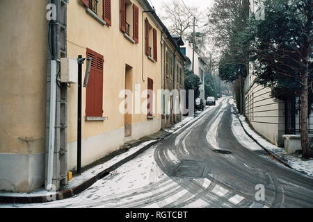 AJAXNETPHOTO. LOUVECIENNES,FRANCE. - STREET IN THE VILLAGE NAME AFTER THE ARTIST PIERRE AUGUSTE RENOIR 1841 - 1919. THE YELLOW BUILDING AT LEFT WAS USED AS A STUDIO BY THE PAINTER. PHOTO:JONATHAN EASTLAND/AJAX REF:CD2587 32 31A - Stock Photo