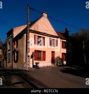 AJAXNETPHOTO. 2011.- LOUVECIENNES,FRANCE. - STREET IN THE VILLAGE NAMED AFTER THE ARTIST PIERRE AUGUSTE RENOIR 1841 - 1919. THE YELLOW BUILDING  WAS USED AS A STUDIO BY THE PAINTER. PHOTO:JONATHAN EASTLAND/AJAX REF:GR111903 12699 - Stock Photo