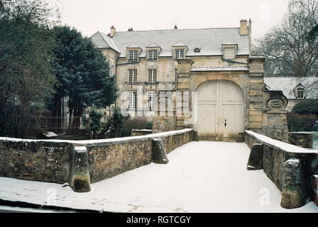 AJAXNETPHOTO. JANUARY, 2009.- LOUVECIENNES,FRANCE. SCENE SUBJECT OF A VIEW PAINTED BY JEANNE BAUDOT 1877 - 1957 - 'LE CHATEAU DU PONT EN HIVER, EFFET DE NEIGE, 1948.' THE BRIDGE HOUSE IN WINTER, EFFECT OF SNOW. PHOTO:JONATHAN EASTLAND/AJAX REF:CD2587_30_29A - Stock Photo