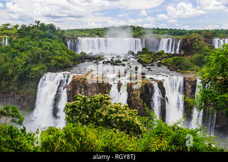 The Iguazú waterfalls are the waterfalls of the river Iguaçu/Iguazú on the border between the Brazilian state of Paraná and the Argentine province of  - Stock Photo