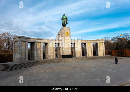 Berlin Soviet War Memorial in Tiergarten commemorating soldiers killed in the Battle of Berlin. Sowjetisches Ehrenmal im Tiergarten. - Stock Photo