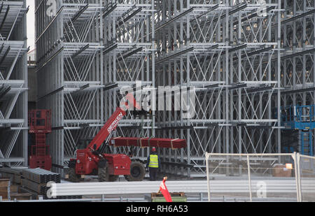 Stralsund, Germany. 30th Jan, 2019. Fitters are working on the construction site for the new high-bay warehouse in silo design. A new production hall for the bottling plant and a high-bay warehouse for 30,000 pallet spaces are being built on the premises of the beverage manufacturer Störtebeker Braumanufaktur. Commissioning is planned for the beginning of 2020. The investment volume, with the installation of new fermentation and storage tanks in 2015, amounts to 14 million euros. Credit: Stefan Sauer/dpa-Zentralbild/ZB/dpa/Alamy Live News - Stock Photo