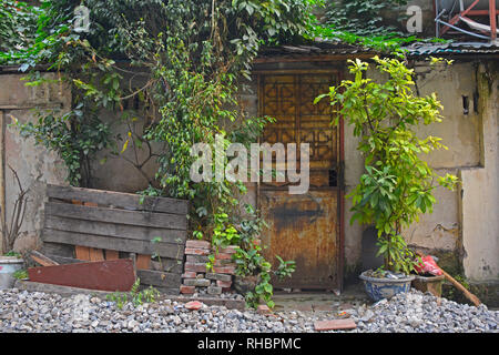 A small house down a back alley in the old quarter of Hanoi, Vietnam - Stock Photo