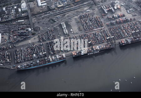 AJAXNETPHOTO. 2008. SOUTHAMPTON, ENGLAND. - WESTERN DOCKS - AERIAL VIEW OF WESTERN DOCKS CONTAINER SHIPPING PORT WITH CONTAINER SHIPS MOORED ALONGSIDE. PHOTO:JONATHAN EASTLAND/AJAX REF:D80105 644 - Stock Photo