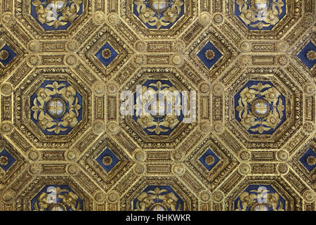 Gilded coffered ceiling designed by Italian Renaissance architect Giuliano da Maiano and assistants (1472-1475) in the Audience Chamber (Sala delle Udienze) of the Apartments of the Priori (Sale dei Priori) in the Palazzo Vecchio in Florence, Tuscany, Italy. - Stock Photo