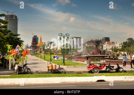 Cambodia, Phnom Penh, Neak Banh Teuk Park, 1958 Independence monument to freedom from French Colonial control - Stock Photo