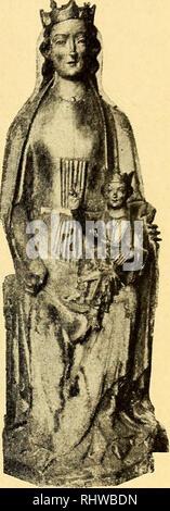 . Bergens Museums aarbok. 1911] Aus der mittelalterlichen Sammlung des Museums in Bergen. II. Holzerne Marienfiguren. 1. Geschnitzte Madonnenfigur, 1.12 m hoen, 0.34 m breit. Auf der Riickseite flach abgeschnitten und dann ausgehohlt. Maria sitzt auf einem Stuhle oder Bånklein, in der rechten, auf dem Knie ruhenden Hand halt sie einen goldenen Ap fei, wahrend sie mit der linken das Jesuskind stiitzt. Das Kind erhebt die Rechte segnend, mit der Linken umfasst es das auf dem linken Knie ruhende, rot eingebundene Buch, wahrend der rechte Fuss gegen das Knie der Mutter ausgestreckt ist. Jesus tråg - Stock Photo