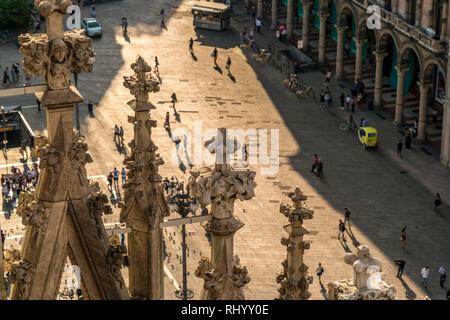 Blick vom Dach des Mailänder Dom auf die Piazza del Duomo, Mailand, Lombardei, Italien  |  view from Milan Cathedral roof to Piazza del Duomo, Milan,  - Stock Photo