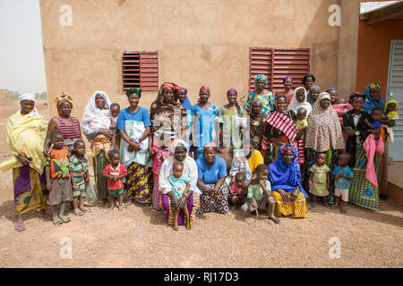 La-toden village, Yako Province, Burkina Faso. Women's group making a nutritious porridge flour mix ingredients include cowpeas, peanuts, sugar, soya, iodene salt, minerals and vitamins, which they manufacture and sell when there is a demand. - Stock Photo