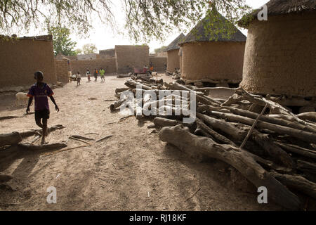 Samba village, Yako Province, Burkina Faso: Village daily life beside Collette Guiguemde's compound. - Stock Photo