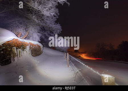 Winterlandschaft bei Nacht, Deutschland, Bayern, Allgäu, Sternenhimmel, Lichtspuren - Stock Photo