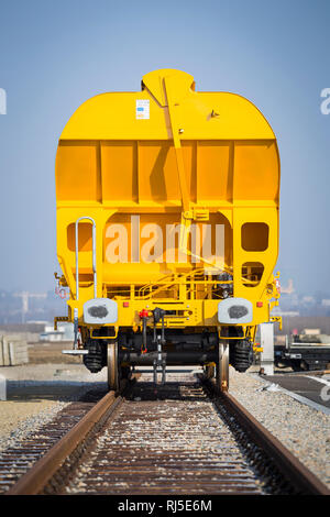 Orangener Güterwagon auf einem Abstellgleis - Stock Photo