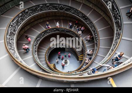 Europa, Italien, Latium, Rom, Vatikan, Die doppelläufige, spiralförmige Treppe, die den Ausgang aus den Vatikanischen Museen bildet (gestaltet 1932 vo - Stock Photo