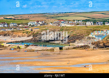 6 July 2018: Bude, Cornwall, UK - The beach and tidal swimming pool, with the town and hills beyond, during the summer heatwave. The hills are showing - Stock Photo