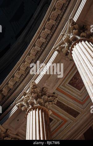 Europa, Italien, Latium, Rom, Durch die Öffnung in der Kuppel des Pantheon scheint die Sonne auf einen der Schreine an der Wand - Stock Photo