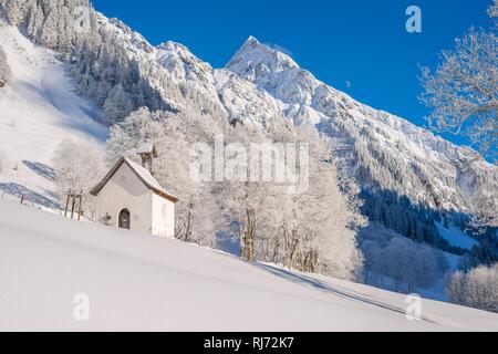 Marienkapelle in Gerstruben, ein ehemaliges Bergbauerndorf im Dietersbachtal bei Oberstdorf, dahinter die Höfats, 2259m, Allgäuer Alpen, Allgäu, Bayer - Stock Photo