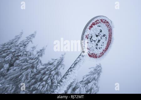 verschneites Verkehrsschild am Brocken, Harz, Schierke, Deutschland - Stock Photo
