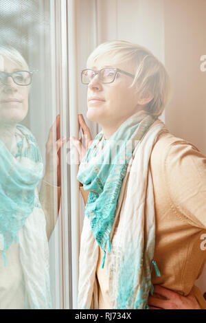 Frau, blond, kurzhaarig, Brille, Blick Fenster, Halbporträt, - Stock Photo