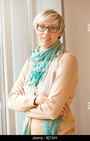 Frau, blond, kurzhaarig, Brille, Halbporträt, - Stock Photo