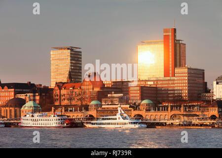 Blick über die Elbe zu den Landungsbrücken bei Sonnenuntergang, Schiffsbahnhof, Hamburg, Deutschland - Stock Photo