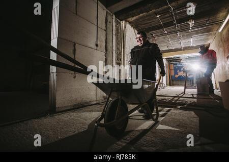 Geistig- und körperlich behinderter Hausmeister bei der Arbeit - Stock Photo