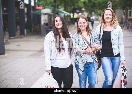 Drei Freundinnen beim Shoppen - Stock Photo