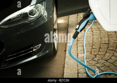 Elektroauto an einer Schnellladestation, Nahaufnahme, Detail - Stock Photo