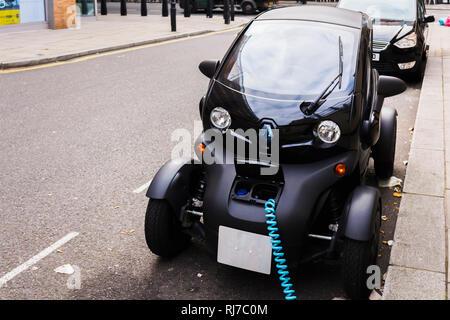 Elektrofahrzeug 'Twizy' beim Ladevorgang am Straßenrand, - Stock Photo