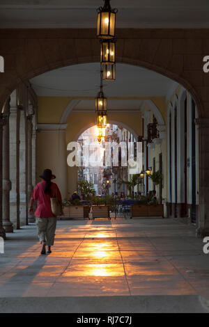 Karibik, Kuba, Cuba, Havanna, La Habana, Plaza Vieja, Frau läuft durch Arkaden Richtung Capitol - Stock Photo