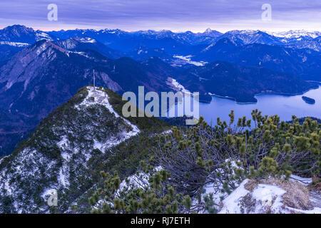 Deutschland, Bayern, Bayerische Alpen, Walchensee, Wanderer auf dem Herzogstandgipfel mit Bergpanorama - Stock Photo