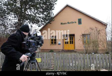Neubrandenburg, Germany. 05th Feb, 2019. A cameraman films the house in Alt Rehse, where a 53-year-old defendant allegedly tortured a young woman to death. The Neubrandenburg Regional Court has been hearing the case since 05.02.2019. A 53-year-old man had tied up his girlfriend and let her die because he felt persecuted. The first sentence was overturned. Credit: Bernd Wüstneck/dpa/Alamy Live News - Stock Photo