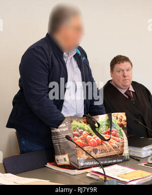 Neubrandenburg, Germany. 05th Feb, 2019. The defendant (l) in the trial for the torture death of a young woman from Alt Rehse enters the hall of the district court. His lawyer Stefan Tabbert sits next to him. The 53-year-old defendant had tied up his partner and let her die because he felt persecuted. The first sentence was overturned. Credit: Bernd Wüstneck/dpa - ATTENTION: Person was pixelated for legal reasons/dpa/Alamy Live News - Stock Photo