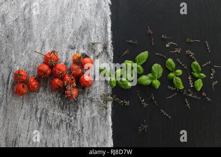 Gebackene Tomaten mit Basilikum und Thymian - Stock Photo