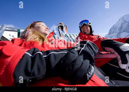 Paar macht Pause im Skigebiet Ehrwalder Alm, Wettersteingebirge, Tirol, Österreich - Stock Photo