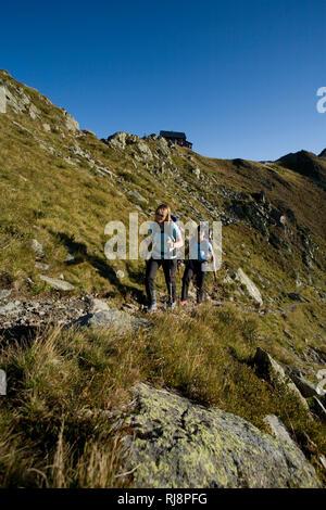 Wanderszene am Kellerjoch mit Kellerjochhütte, Tuxer Alpen, Zillertal, Tirol, Österreich - Stock Photo