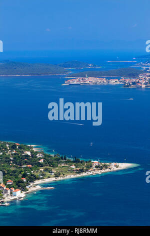 Blick von der Halbinsel Peljesac auf die  Insel Korcula mit Korcula Stadt, Dalmatien, Kroatien - Stock Photo