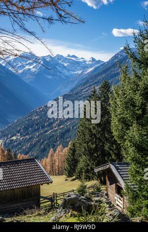 Österreich, Tirol, Stubaier Alpen, Neustift, Herbstlicher Blick in das Stubaital bis zum Stubaier Gletscher - Stock Photo