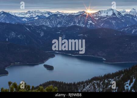 Deutschland, Bayern, Bayerische Alpen, Walchensee, Blick vom Herzogstand auf den Walchensee bei Sonnenaufgang - Stock Photo