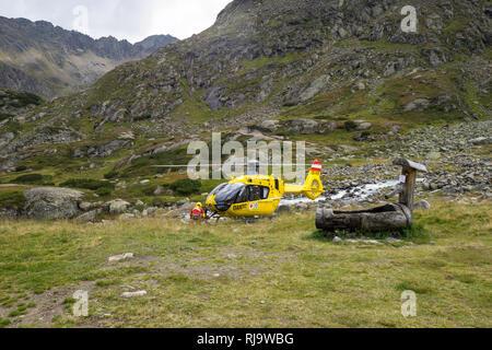 Österreich, Tirol, Stubaier Alpen, Neustift, Rettungshubschrauber des ÖAMTC im Einsatz auf der Sulzenauhütte - Stock Photo