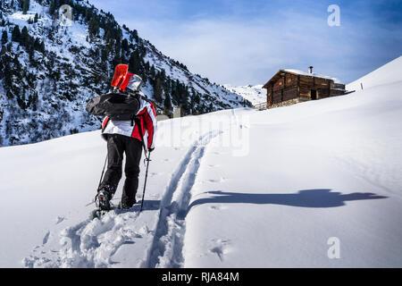 Schneeschuhwanderer in den Tuxer Alpen, Österreich, Tirol - Stock Photo